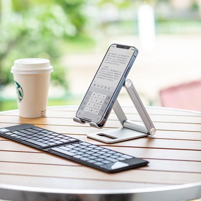 サンワサプライ、無段階で角度調節ができ折りたたんでコンパクトに持ち運び可能なアルミ製スマートフォン用スタンド