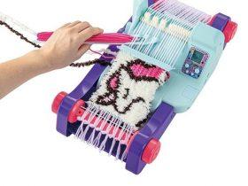 タカラトミー、液晶画面と音声ナビでオリジナルニットが作れる織り機「オリーナ スタイリッシュ+(プラス)」